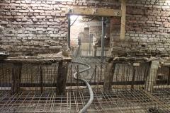 Soms kan er als een trein worden gewerkt onder de woningen door. Hier ligt de slang die het beton aanvoert voor de constructievloer.