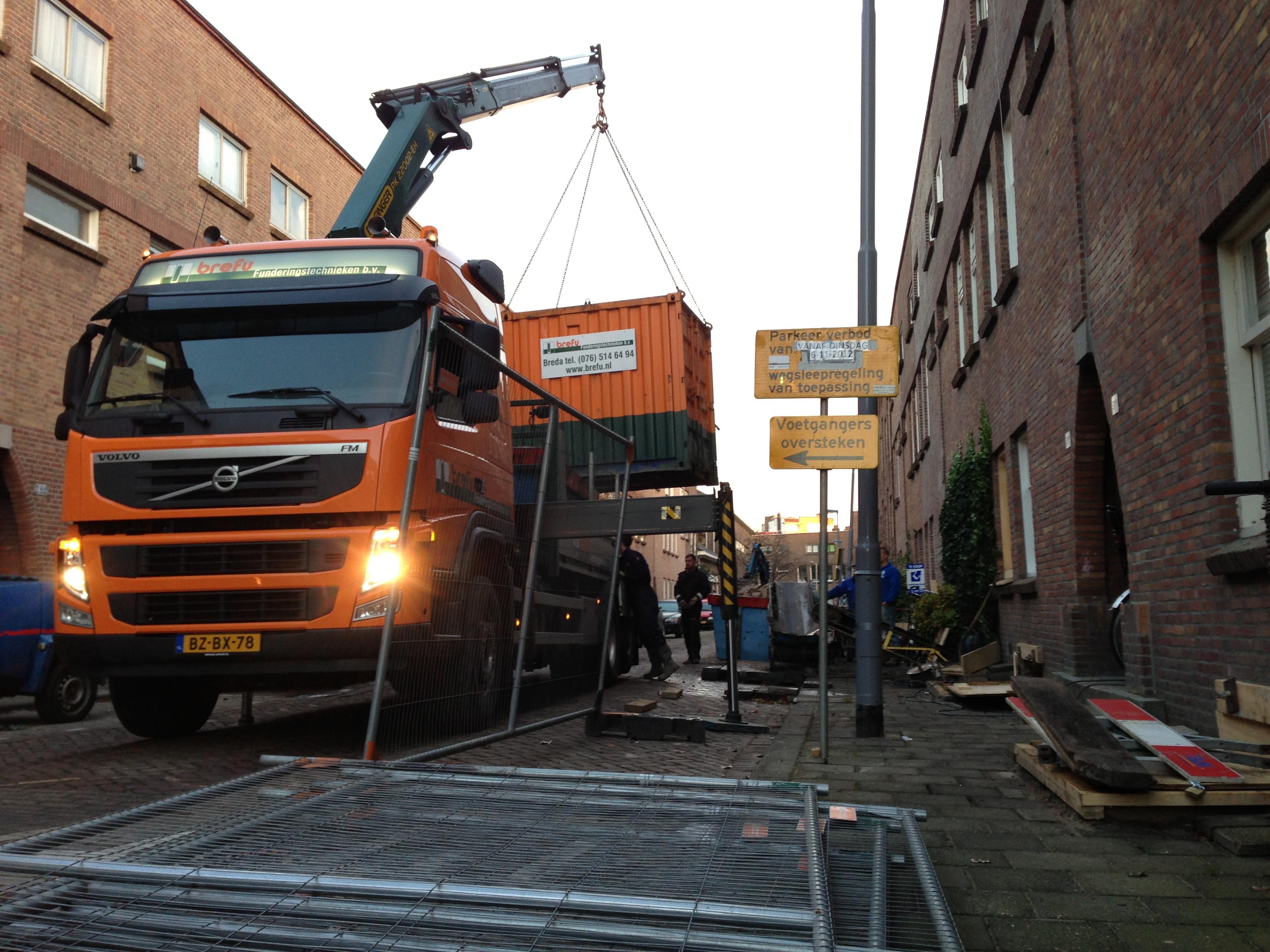 De bouwplaats wordt ingericht.