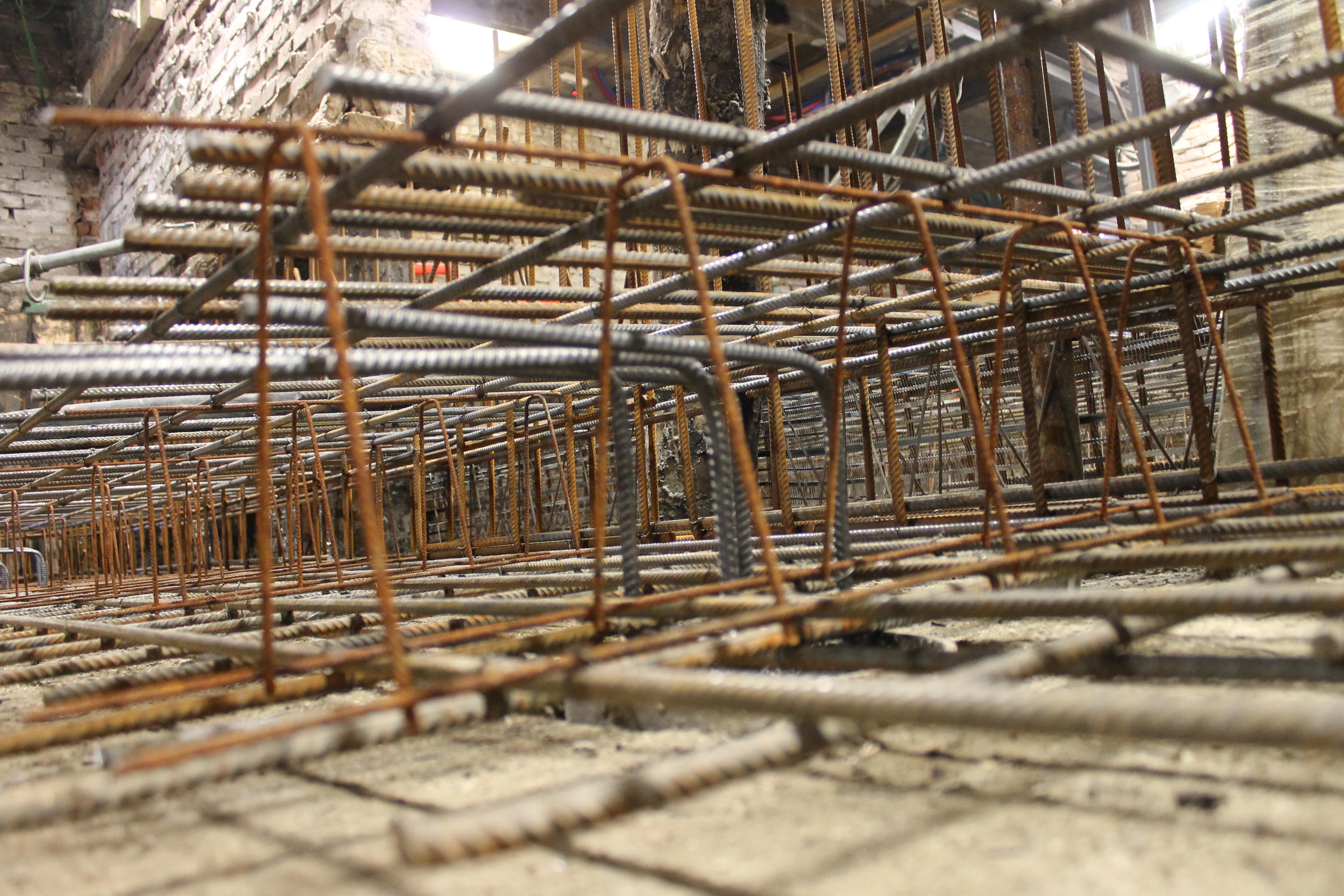 Wapening voor de constructievloer. Deze vloer is onderdeel van de nieuwe fundering.