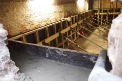 Beton voor de constructiemuur is aangebracht en kan uitharden.