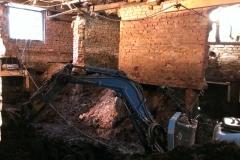 De kruipruimtes worden uitgegraven tot minimaal de minimale werkhoogte om de werkzaamheden te kunnen uitvoeren. In dit geval kunnen de bewoners gewoon in hun woning blijven wonen.